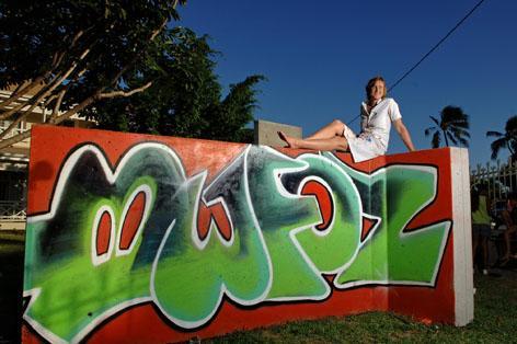 artiste sur mur